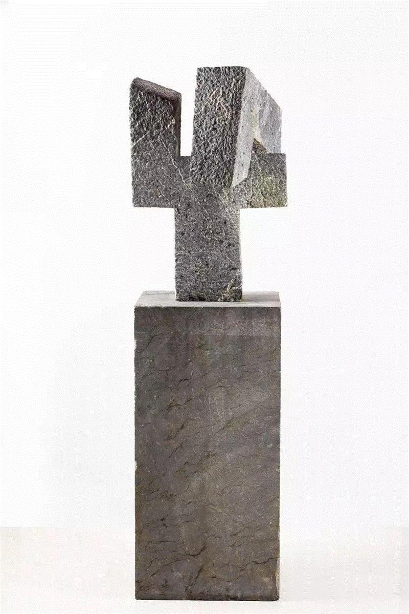 ▲爱德华多·奇利达,《弗莱明纪念碑(第一版)》,1955,石,158 × 46.5 ×