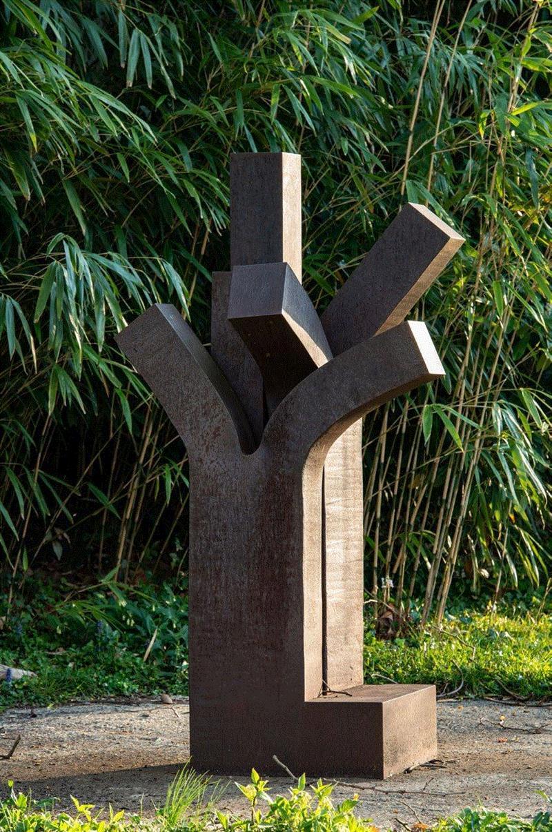 ▲爱德华多·奇利达,《树 VI》,1999,考顿钢,188 × 100 × 75 厘米