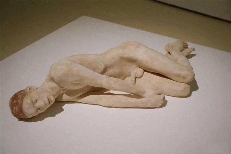《奇怪的感觉Strane sensazio》,流动的情绪——布鲁诺·瓦尔波特的表现与隐喻,布鲁诺·瓦尔波特,布鲁诺,雕塑,木雕,姿态,材质,木材,外部,模特,中央美术学院美术馆
