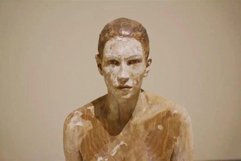 《法国女人The frenchwoman》,流动的情绪——布鲁诺·瓦尔波特的表现与隐喻,布鲁诺·瓦尔波特,布鲁诺,雕塑,木雕,姿态,材质,木材,外部,模特,中央美术学院美术馆