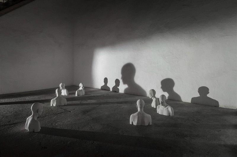 """《无题-装置""""senzatitolo""""installazione》,流动的情绪——布鲁诺·瓦尔波特的表现与隐喻,布鲁诺·瓦尔波特,布鲁诺,雕塑,木雕,姿态,材质,木材,外部,模特,中央美术学院美术馆"""