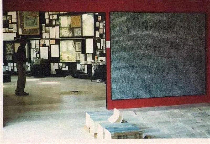1993年,丁乙参展第45届威尼斯双年展,展览现场。艺术家供图。,丁乙,一直在!,丁乙,绘画,伊夫,符号,媒介,克莱因,李禹焕,秦一峰,装置,建筑