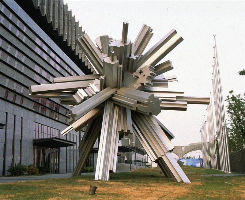 丁乙,《信息时代》,不锈钢,800×800×700cm,2010年上海世界博览会。艺术家与香格纳画廊