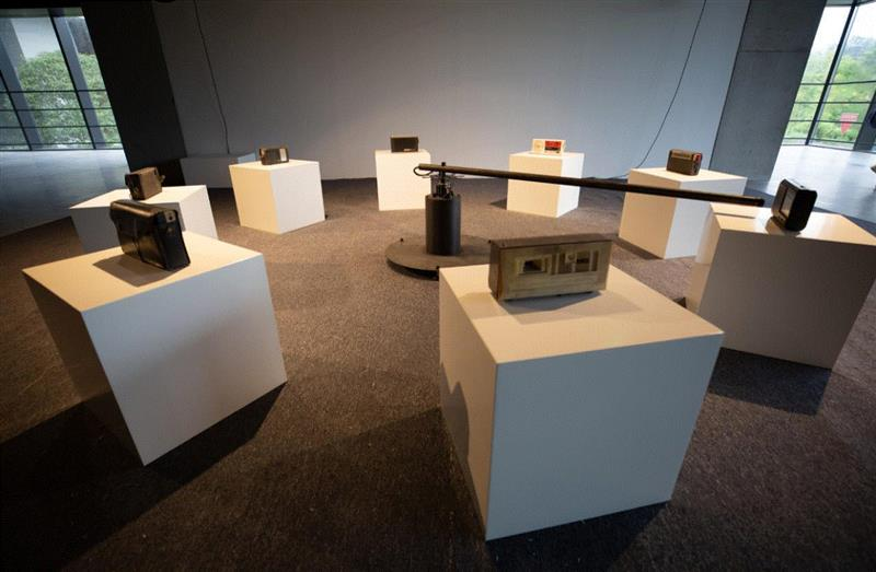 《标准的,健康向上的,有特色的圆及其音响》 by 张培?,装置、声音,2015,作品由李琳女?士提供