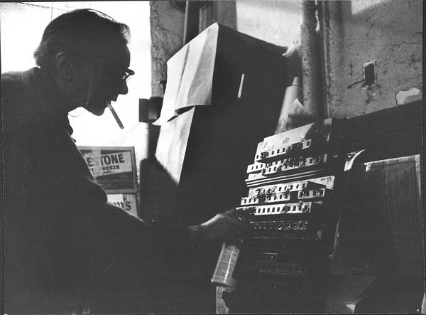 1965年Ugo Mulas拍摄,路易斯为作品上漆.jpg