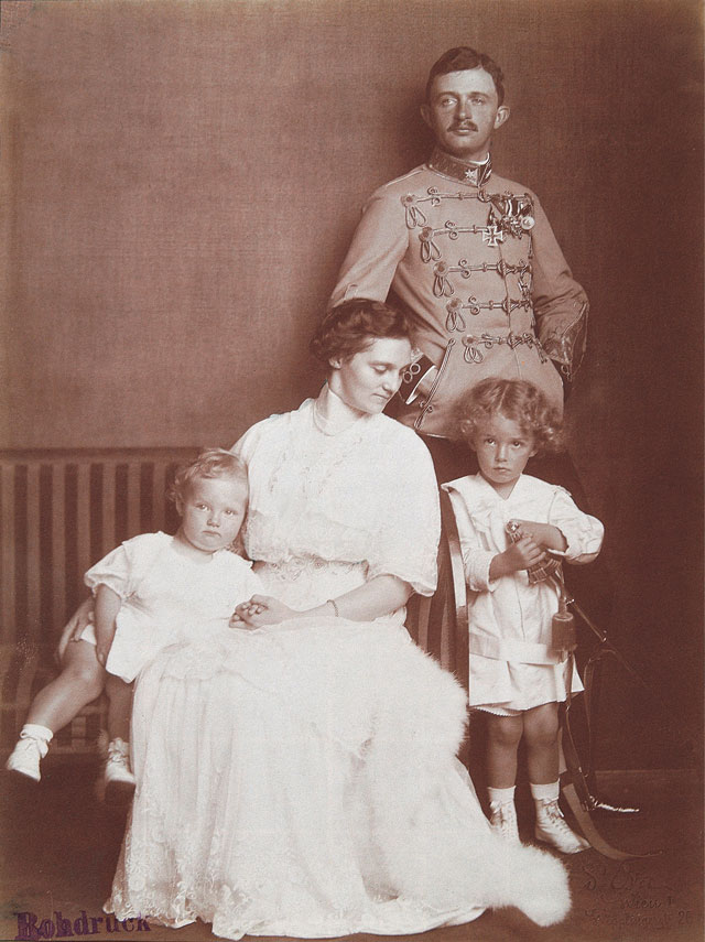 Dora Kallmus. Archduke Karl and Archduchess Zita with their children Otto and Adelheid..jpg