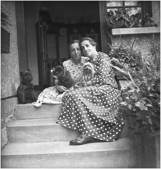 Dora and Anna Kallmus and their dogs on the steps of Haus Doranna in Frohnleiten around 1935. Copyright IMAGNO- Archiv Setzer-Tschiedel..jpeg
