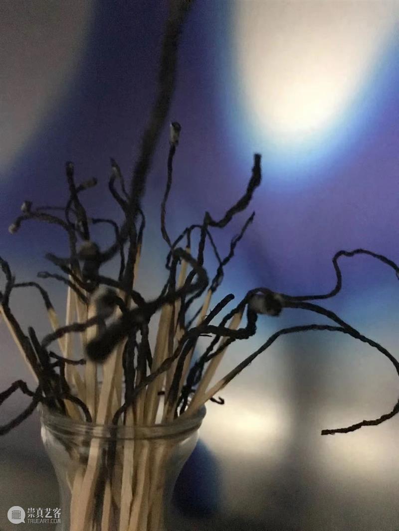 当前展览丨燃烬——陈萧伊「争执」展评 当前 陈萧伊 EXHIBITIONS 展厅 尽头 空间 火柴 花束 痕迹 材料 崇真艺客