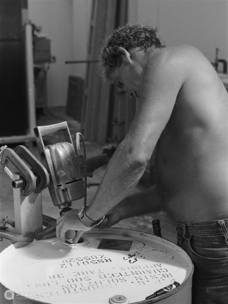 德·莱尼·瓦伦丁(De Wain Valentine):将海洋和天空剪裁下来   AR艺术家 莱尼 瓦伦丁 艺术家 海洋 天空 工作室 美国科罗拉多州 工作 美国 洛杉矶 崇真艺客