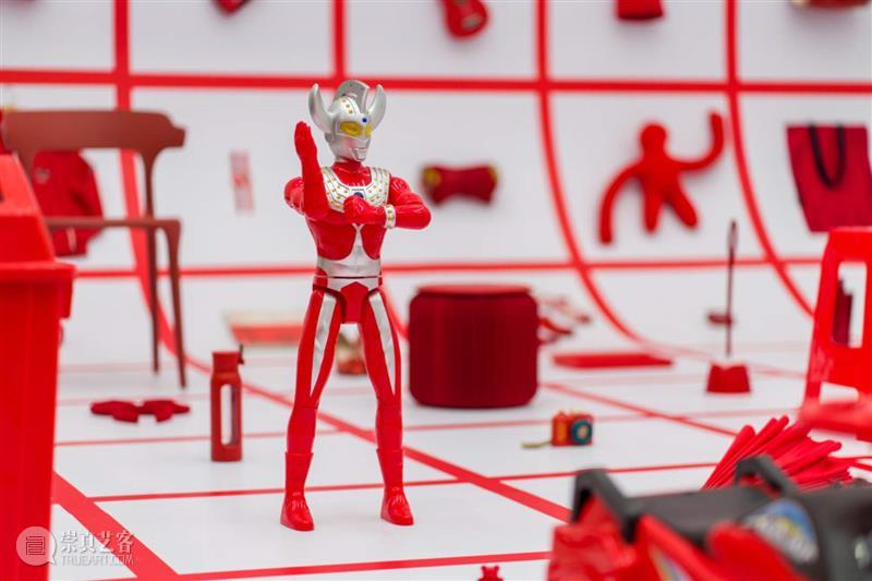 谁说美术馆里摆放的红色展品不能换来换去?  A4am 红色 美术馆 展品 A4美术馆 大厅 中央 物品 方格子们 墙上 地面 崇真艺客