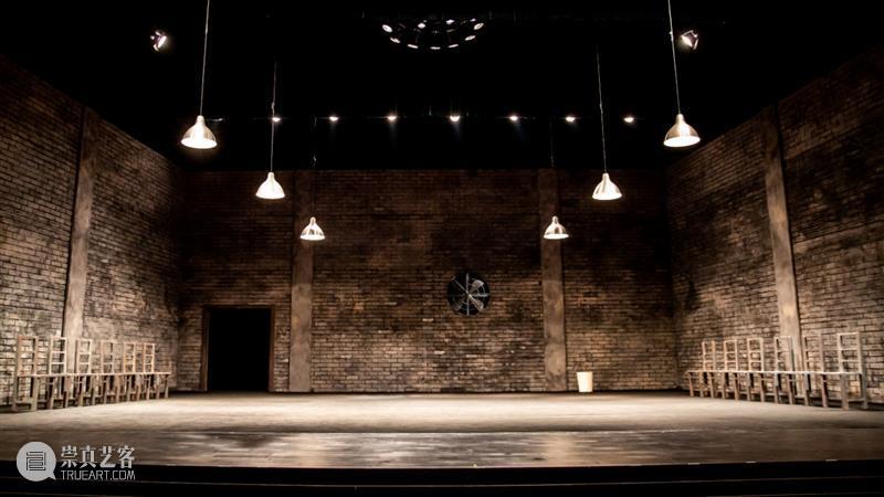 《12個人》·十周年 | 正式拉开全国巡演序幕,邀你加入这场严肃的讨论 12個人 序幕 全国 密室 椅子 极简 舞台 西装 男人 一个男孩 崇真艺客