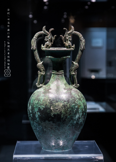 一件罕见的唐代青铜器-双龙耳盘口壶,具有中西亚艺术风格的藏品 青铜器 西亚 艺术风格 藏品 双龙耳盘口壶 北京东四十条保利艺术博物馆 异域风情 元素 展柜 造型壶状 崇真艺客