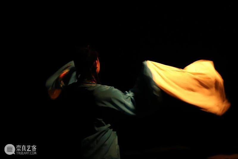 《绝对飞行机》回顾 演出本身是一场对话 绝对飞行机 程文明 导演 戏剧 双年展 单元 句号 片段 角色 神话 崇真艺客