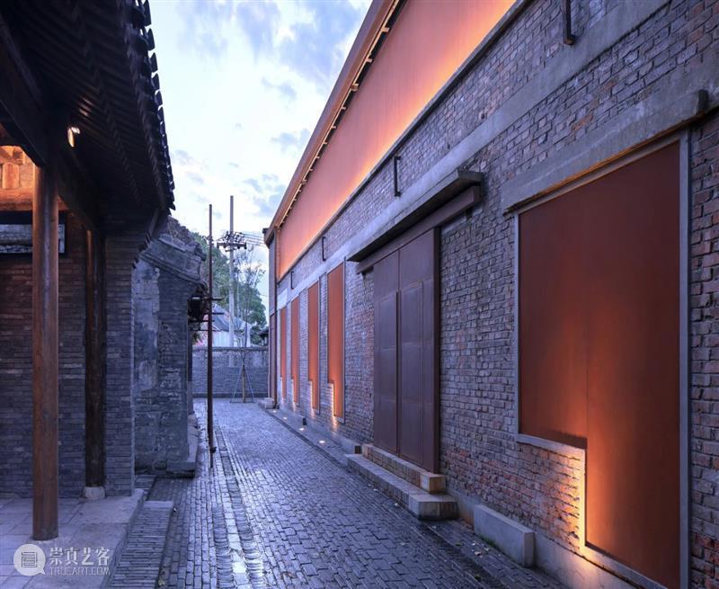 北京青云胡同戏剧天地,玻璃砖与残墙对话 / 原地建筑 青云胡同 原地 建筑 玻璃砖 戏剧 北京 天地 城市 空间 灵魂 崇真艺客
