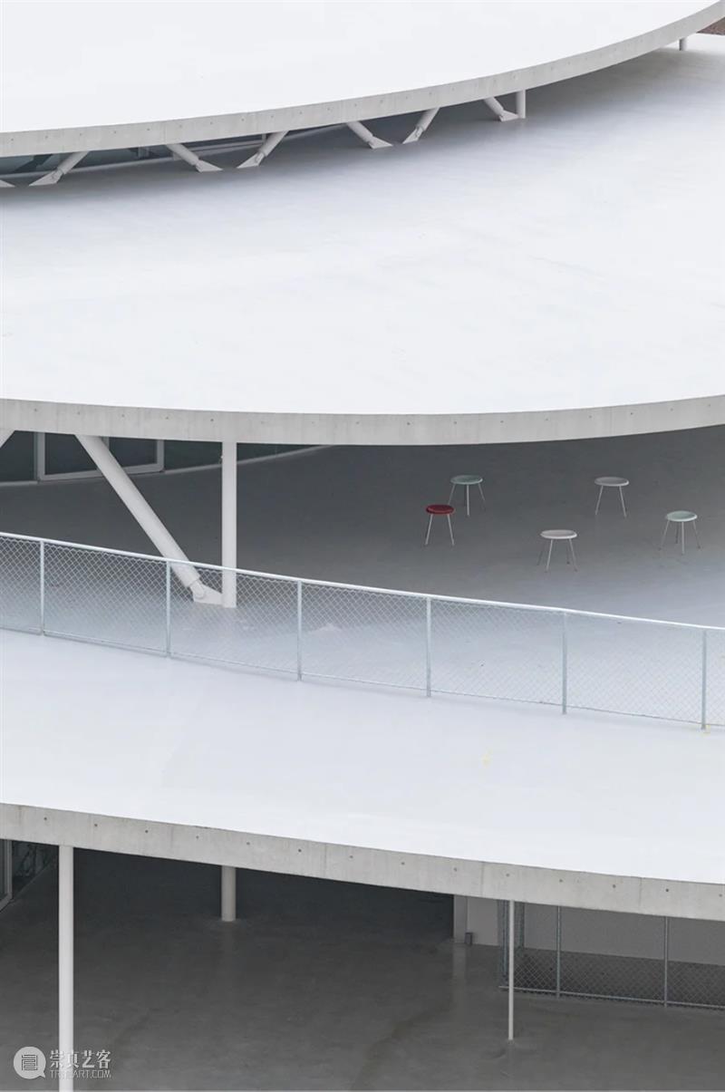 妹岛和世'大阪艺术大学文理学院',轻柔起伏的交通空间 妹岛和世 大阪艺术大学文理学院 空间 交通 jiang 教职工 办公大楼 坡地 顶端 整体 崇真艺客