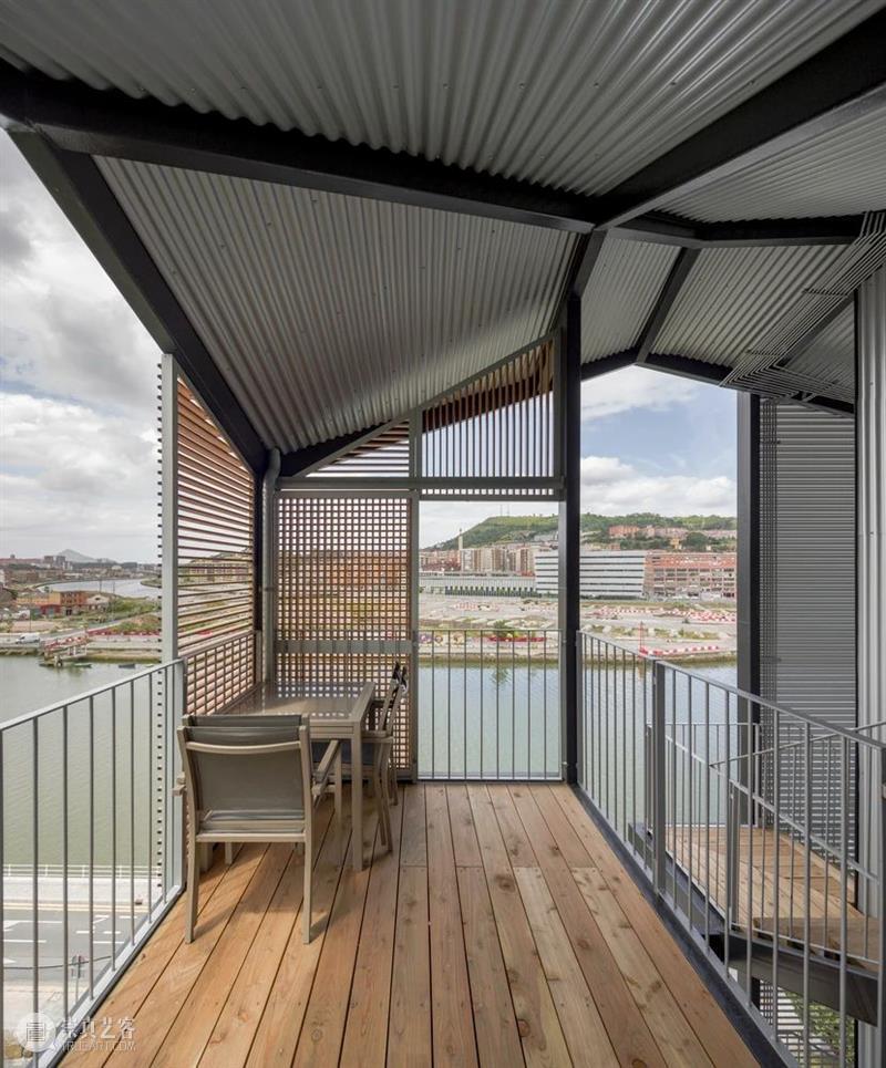毕尔巴鄂农舍改造,既是楼梯也是露台 / Behark 毕尔巴鄂 农舍 楼梯 露台 Behark 项目 河口 山丘 Ola beaga 崇真艺客