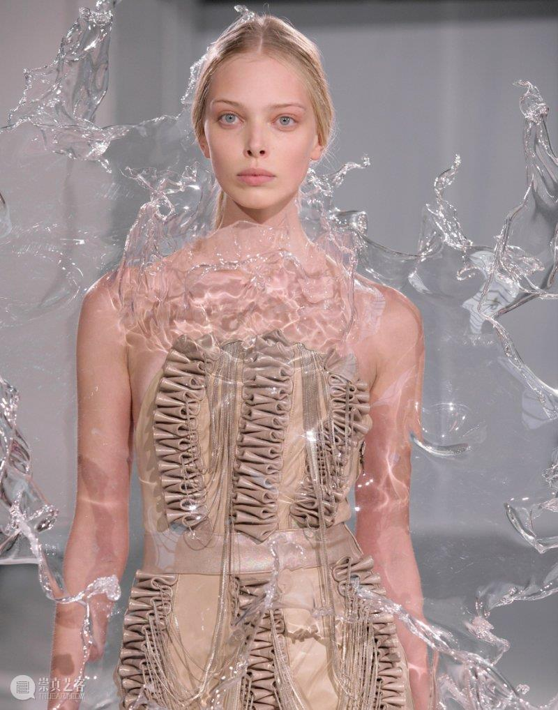 下一个麦昆——手工艺结合数字技术,将艺术时装推向革命的先行者 时装 艺术 技术 先行者 麦昆 手工艺 数字 上方 中国舞台美术学会 右上 崇真艺客