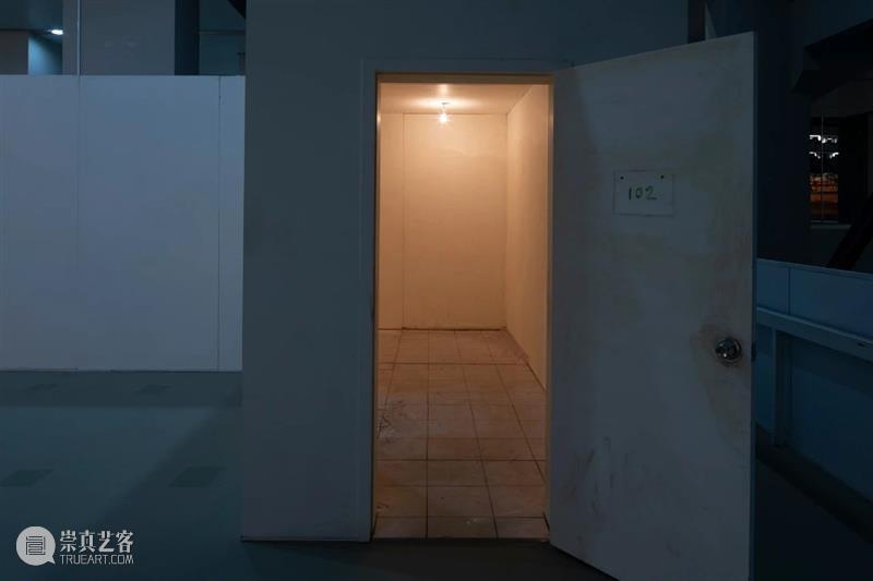 """最后48小时,""""张恩利个展:会动的房间""""即将闭幕 张恩利 个展 房间 现场 帷幕 生涯 风格 艺术家 规模 内容 崇真艺客"""