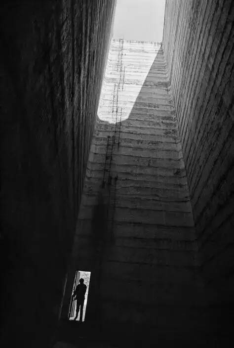 摄影丨大师们的视角,孤独的街头  中国舞台美术学会 大师们 视角 街头 上方 中国舞台美术学会 右上 星标 本文 lubyPedro Díaz 崇真艺客