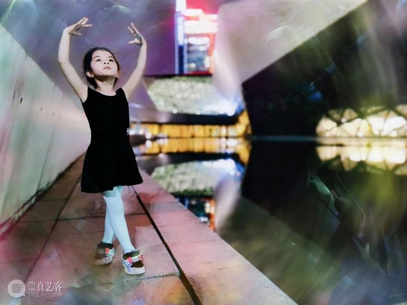 别人家孩子的童年是这样的 视频资讯 广州大剧院 童年 孩子 儿童 玩具 小猪 佩奇 花朵 小脸 期间 广州大剧院 崇真艺客