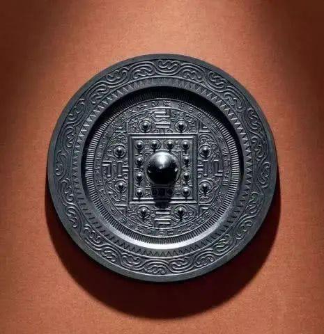博物馆的古代铜镜,为何都是以背面示人? 博物馆 古代 背面 铜镜 上方 青铜器 账号 木雕 文化 知识 崇真艺客