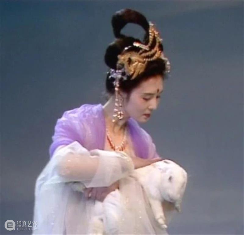 AM 文创   中秋月圆,玉兔团圆 玉兔 脑海 场景 天上 淡黄色 苏式月饼 月亮 上面 小白兔 西游记 崇真艺客