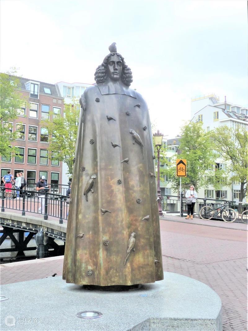 HET DOEL VAN DE STAAT IS DE VRIJHEID\n\n刻在阿姆斯特丹一尊斯宾诺莎雕像基座上的话 阿姆斯特丹 斯宾诺莎 雕像 基座 window second open document.getElementById image desc 崇真艺客