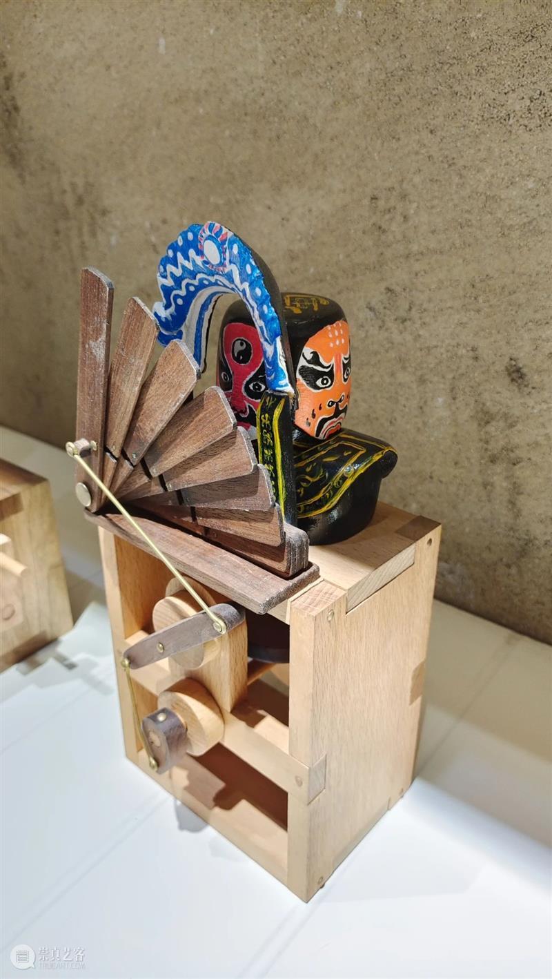 造型丨向木而生,玩偶外表之下背负的情绪故事与人生感悟 外表 情绪 故事 人生 木而生 玩偶 造型 上方 中国舞台美术学会 右上 崇真艺客