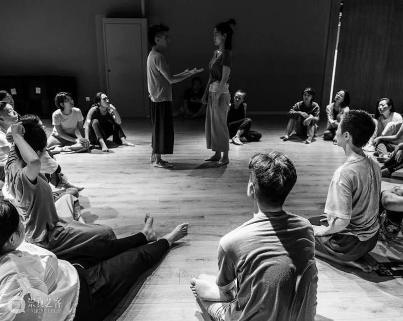 接触即兴 于「落地 中心 流动」 中探寻真实的自己 中心 即兴 上海喜玛拉雅美术馆 身心 开放日 参与者 身体 意识 活动 美术馆 崇真艺客