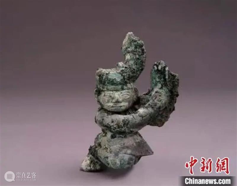 三星堆出土青铜扭头跪坐人像 展现三千多年前古蜀写实雕塑艺术 三星堆 青铜 人像 雕塑 艺术 上方 青铜器 账号 人与人 缘份 崇真艺客