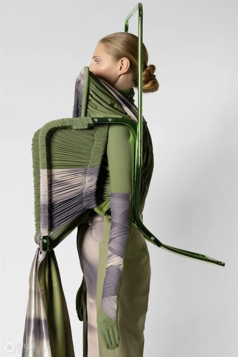 【IFA-艺术赏析】Jessan Macatangay | 在挣扎中寻找美丽和力量 Jessa 力量 IFA 艺术 椅子 作品 用处 姿势 身上 系列 崇真艺客