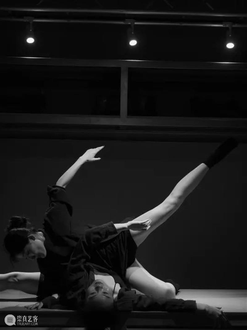 《我用什么才能留住你》已开票|从博尔赫斯的情诗出发,这是一部短篇小说合辑式的舞蹈 视频资讯 上海国际舞蹈中心剧场 博尔赫斯 情诗 舞蹈 短篇小说 梦想 时间 逆境 核心 街道 郊区 崇真艺客