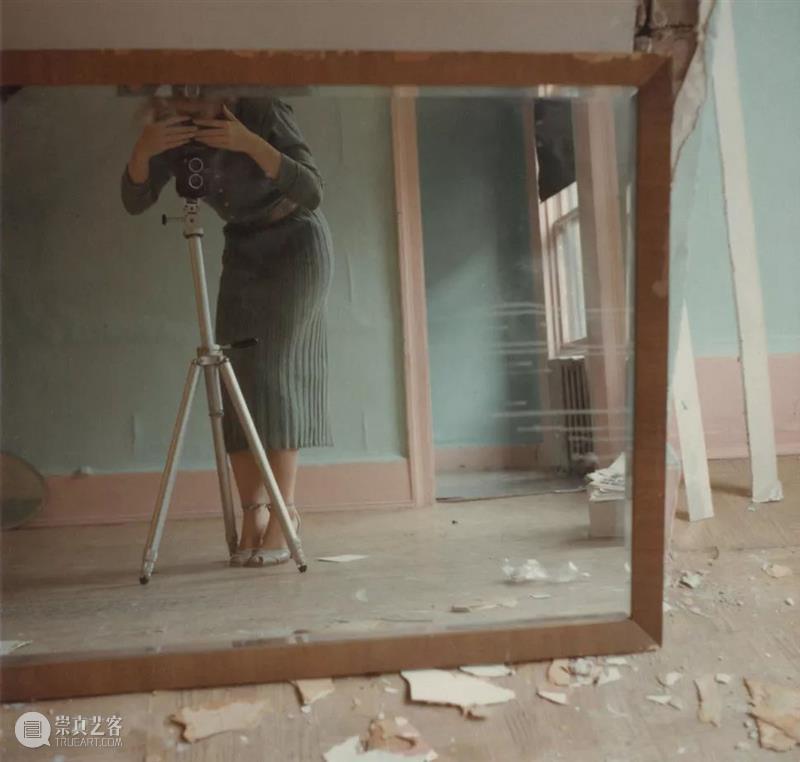Francesca Woodman 我们所见的大抵是她作为主角的自拍,然而她却不断地试图逃离这个方方正正的空间  木格堂 Woodman 主角 空间 语言 美国 照片 角落 女孩 鬼魂 尸体 崇真艺客